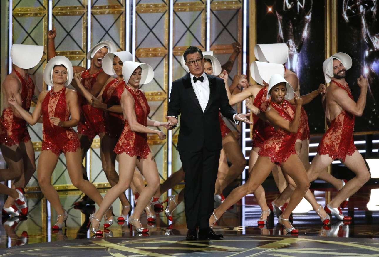 Ο παρουσιαστής της βραδιάς Στίβεν Κολμπέρ με τα μπαλέτα. Ο μονόλογός του στην έναρξη της τελετής ήταν μνημειώδης