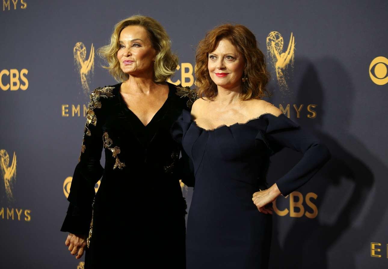 Δύο μεγάλες κυρίες για δύο μεγάλες κυρίες. Τζέσικα Λανγκ και Σούζαν Σάραντον, πρωταγωνίστριες στο «Feud» όπου υποδύονται την Τζόαν Κρόφορντ και την Μπέτι Ντέιβις αντίστοιχα, ήταν υποψήφιες για Emmy για τις ερμηνείες τους