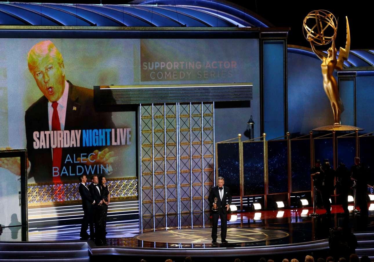Και για του λόγου το αληθές... Ο Μπόλντουιν επί σκηνής ενώ στην οθόνη προβάλλεται ο ρόλος που γέμισε την τηλεόραση και την αμερικανική πολιτική τη χρονιά που πέρασε