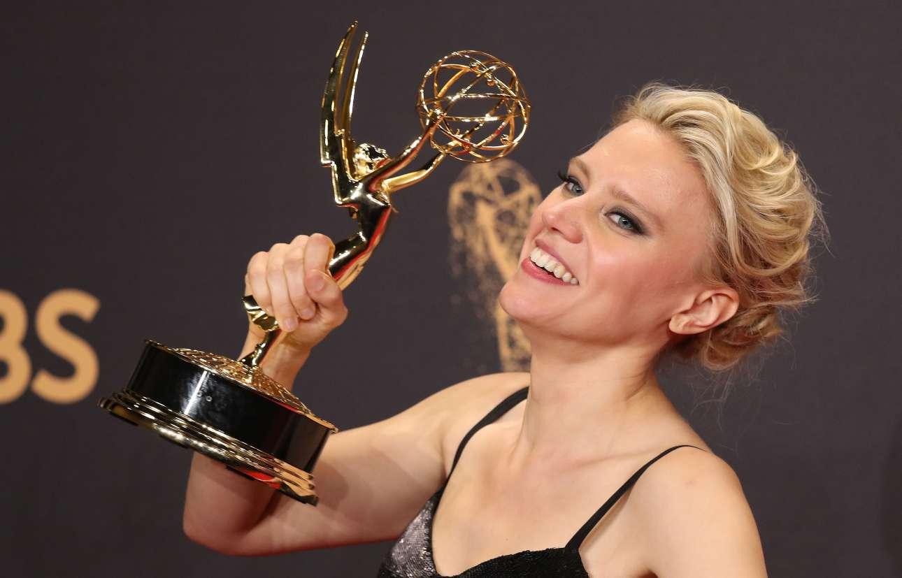 Η κωμική ηθοποιός Κέιτ ΜακΚίνον κρατά περήφανα το βραβείο που της απονεμήθηκε για την μοναδική συνεισφορά της στην εκπομπή «Saturday Night Live». Ηταν όντως καταπληκτική ως Χίλαρι Κλίντον αλλά και ως Σον Σπάισερ. To «SNL» απέσπασε συνολικά εννέα βραβεία!