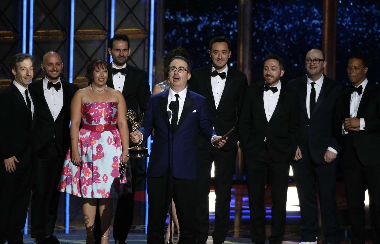 O Τζον Ολιβερ και οι υπόλοιποι συντελεστές του «Last Week Tonight with John Oliver» με το βραβείο του καλύτερου τοκ σόου ποικίλης ύλης