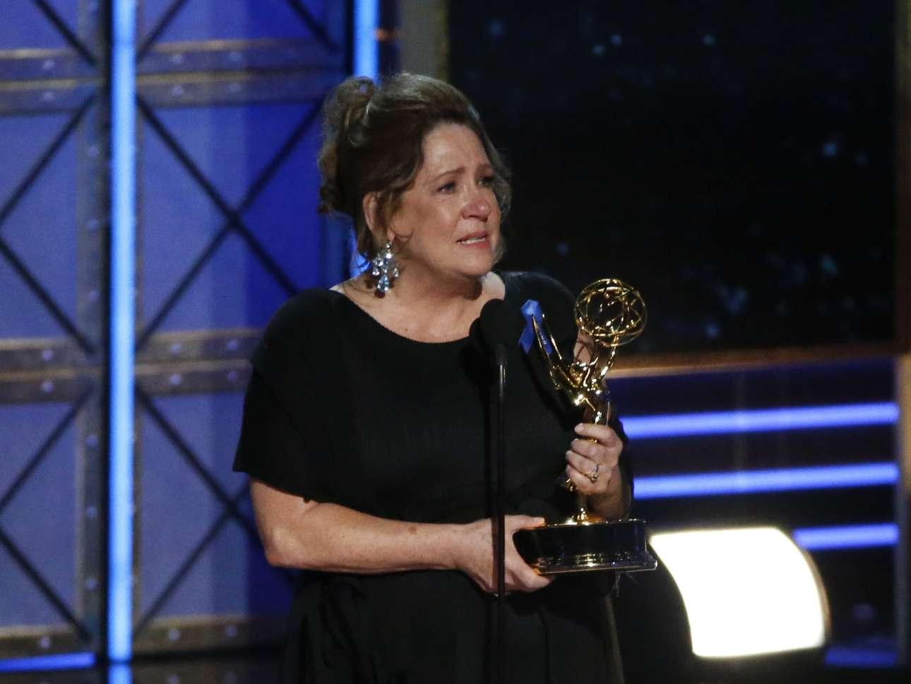 H Ανν Ντόουν δακρύζει καθώς παραλαμβάνει το βραβείο για την συμμετοχή της στην δραματική σειρά «The Handmaid's Tale»