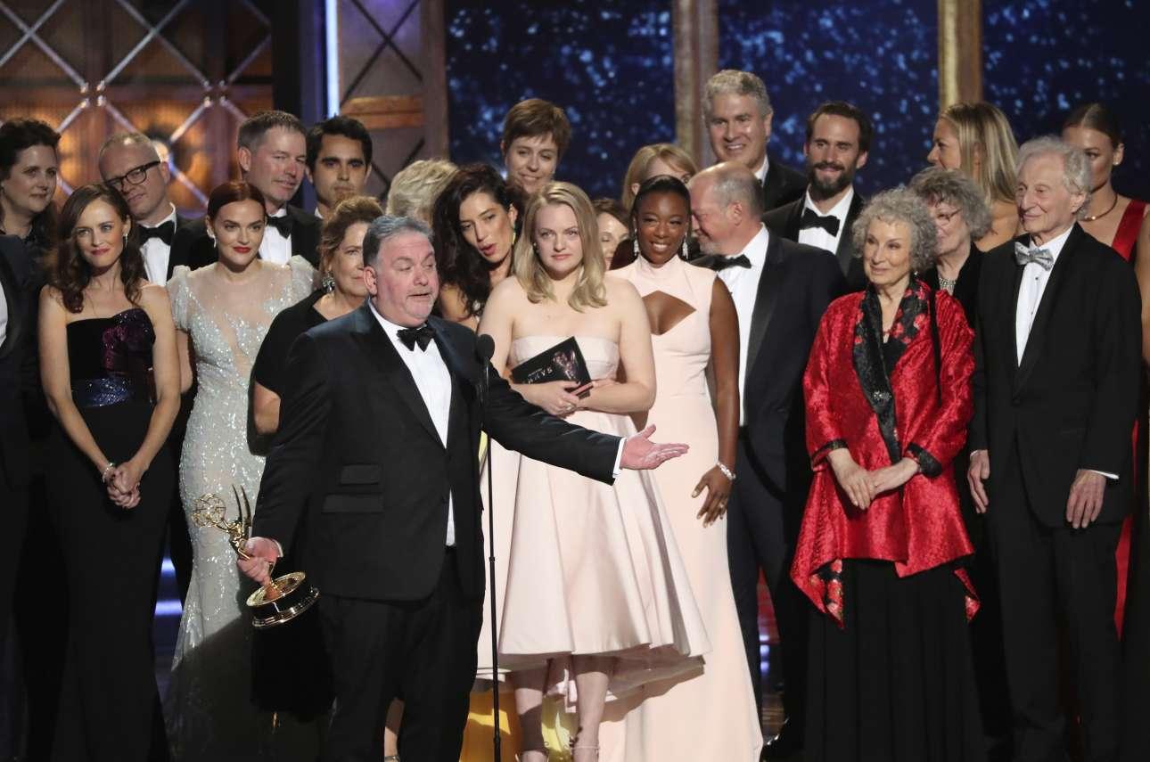 Ο Μπρους Μίλερ, παραγωγός του «The Handmaid's Tale» παραλαμβάνει το βραβείο καλύτερης δραματικής σειράς, μαζί με τους υπόλοιπους συντελεστές της εκπομπής