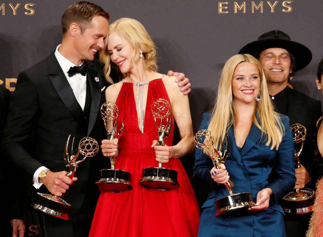 Το καστ της μίνι σειράς «Big Little Lies» (από αριστερά) Αλεξάντερ Σκάρσγκαρντ, Νικόλ Κίντμαν και Ρις Γουίδερσπουν με τα βραβεία τους. Η Κίντμαν είναι και συμπαραγωγός της σειράς