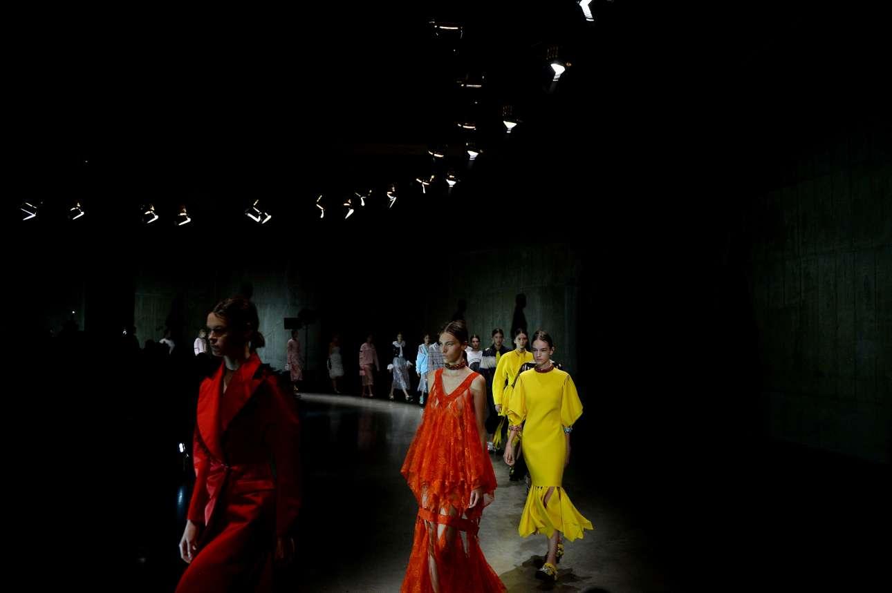 Τα έντονα χρώματα όπως το κόκκινο και το κίτρινο ήταν από τις  βασικές τάσεις που πρότειναν οι σχεδιαστές. Εδώ τα μοντέλα με εντυπωσιακές δημιουργίες του ταλαντούχου σχεδιαστή Κρίστοφερ Κέιν.