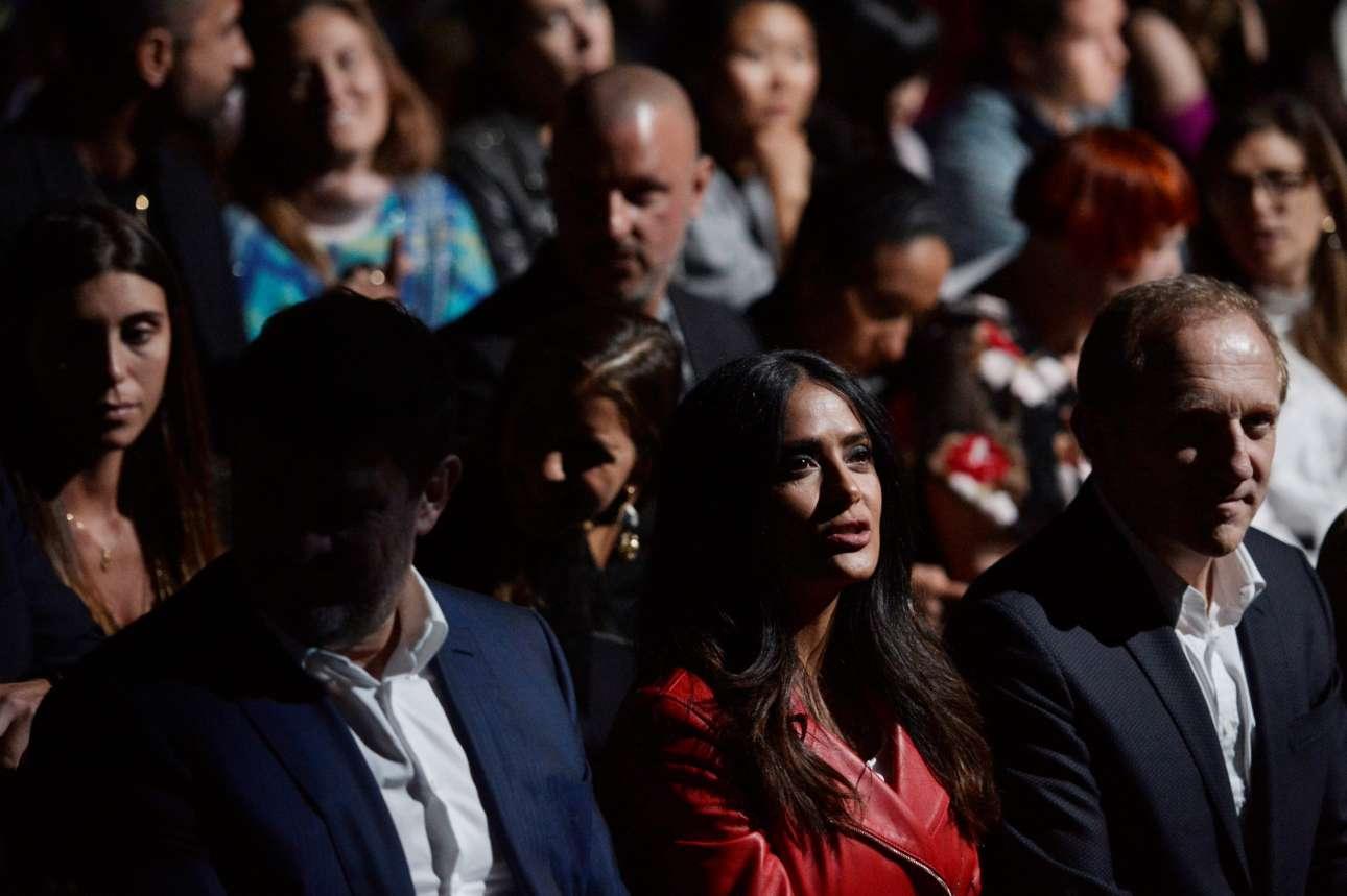 Η Σάλμα Χάγιεκ με τον σύζυγό της Φρανσουά-Ενρί Πινό στις πρώτες θέσεις των εκδηλώσεων της Εβδομάδας Μόδας στο Λονδίνο. Ο γάλλος επιχειρηματίας είναι ο ιδρυτής της πολυεθνικής εταιρίας Kering. Υπο την σκέπη του ομίλου αυτού βρίσκονται διάσημες μάρκες όπως Gucci, Yves Saint Laurent, Balenciaga, Alexander McQueen, Bottega Veneta, Boucheron, Brioni, Puma και άλλες.
