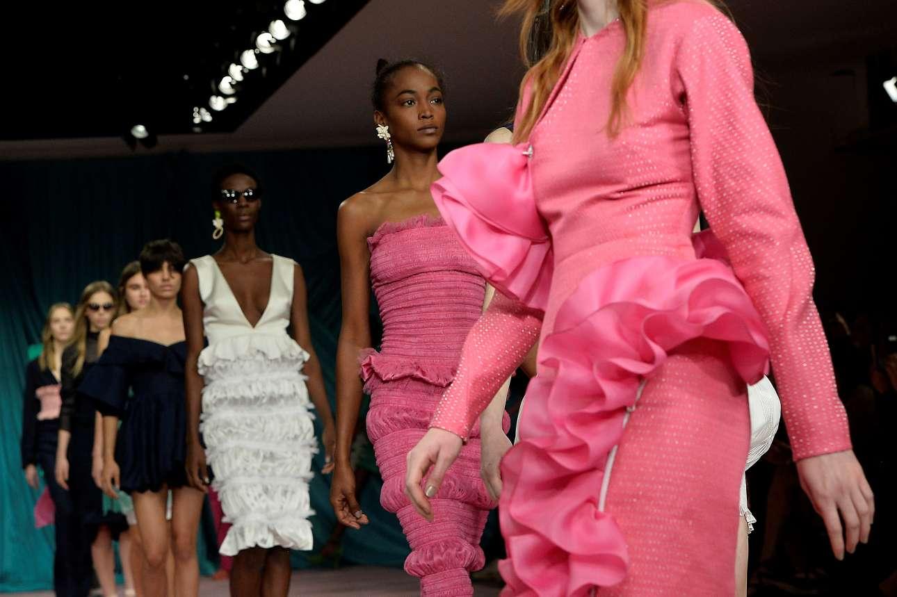 Το ροζ γέμισε με την  θηλυκή του χρωματιστή διάθεση τις πασαρέλες. Η συλλογή της φίρμας Εμίλιο Ντε Λα Μορένα έδωσε έμφαση στα ρομαντικά φορέματα βάφοντάς τα με μία έντονη απόχρωση του ροζ.