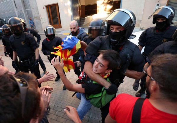 2017-09-19T175747Z_124210557_RC13C862D7B0_RTRMADP_3_SPAIN-POLITICS-CATALONIA
