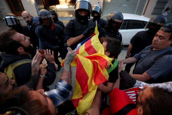 2017-09-19T180238Z_804974595_RC167B4CD670_RTRMADP_3_SPAIN-POLITICS-CATALONIA