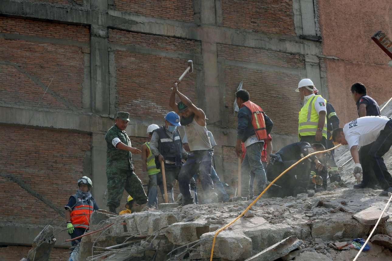Δεκάδες κτίρια έχουν καταρρεύσει και τα σωστικά συνεργεία, με τη βοήθεια πολιτών, δεν σταματούν λεπτό να αναζητούν επιζώντες κάτω από τα συντρίμμια