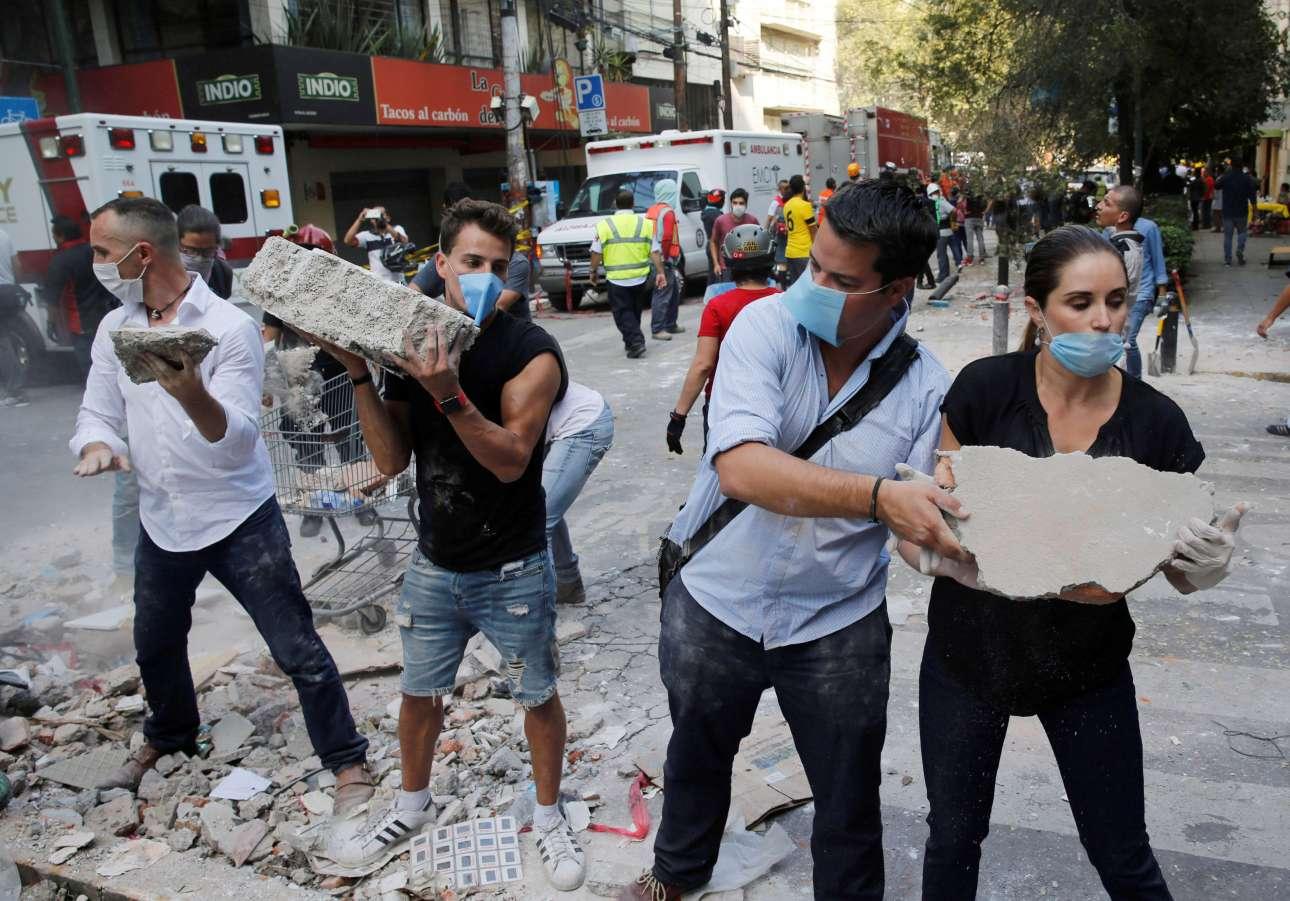 Οι πολίτες βοηθούν τις Αρχές απομακρύνοντας συντρίμμια κτιρίων