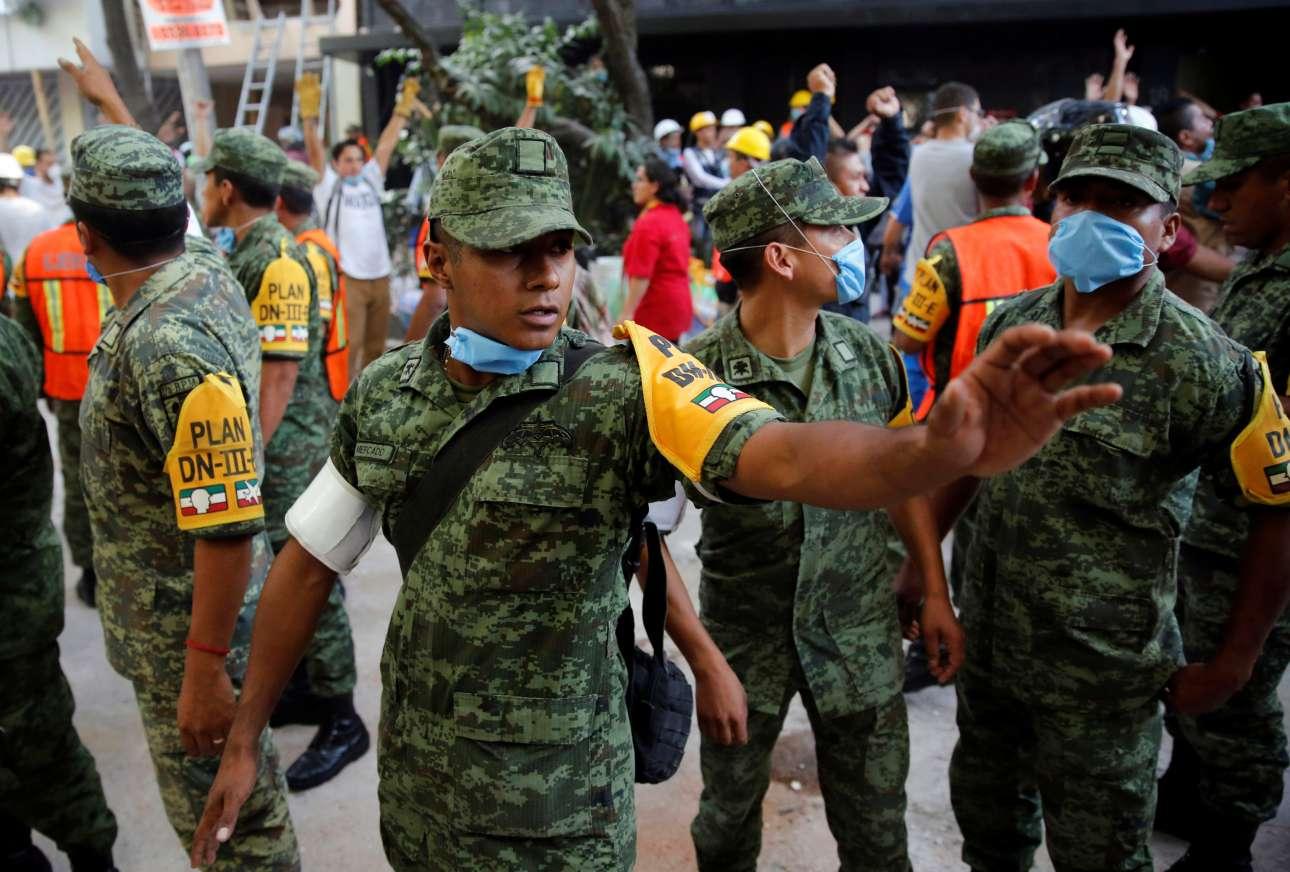 Και ο Στρατός βγήκε στους δρόμους για να βοηθήσει τους πολίτες