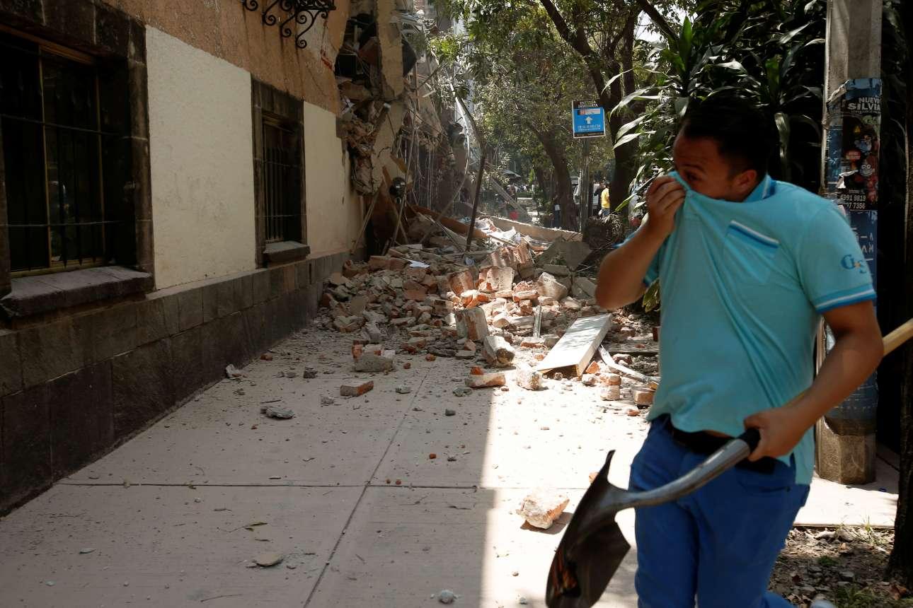 Οι κάτοικοι της πρωτεύουσας του Μεξικού πήραν τα φτυάρια και βγήκαν στους δρόμους προκειμένου να βοηθήσουν όπως μπορούν το έργο των διασωστικών συνεργείων