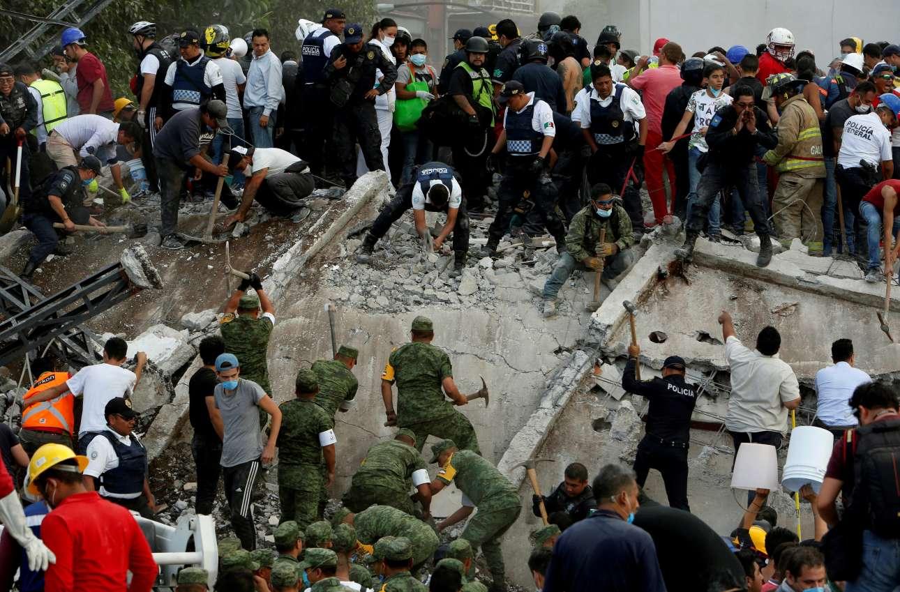 Περίπου δύο εκατομμύρια πολίτες στην πρωτεύουσα του Μεξικού παραμένουν χωρίς ηλεκτρικό ρεύμα ενώ οι τηλεπικοινωνίες έχουν καταρρεύσει