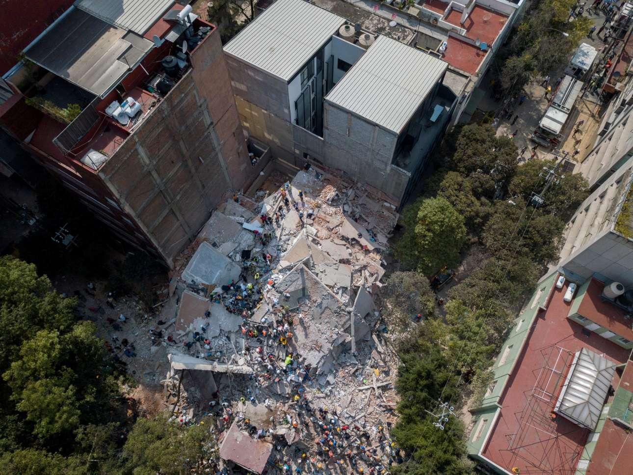 Ενα από τα αμέτρητα κτίρια που κατέρρευσαν μετά το χτύπημα του Εγκέλαδου
