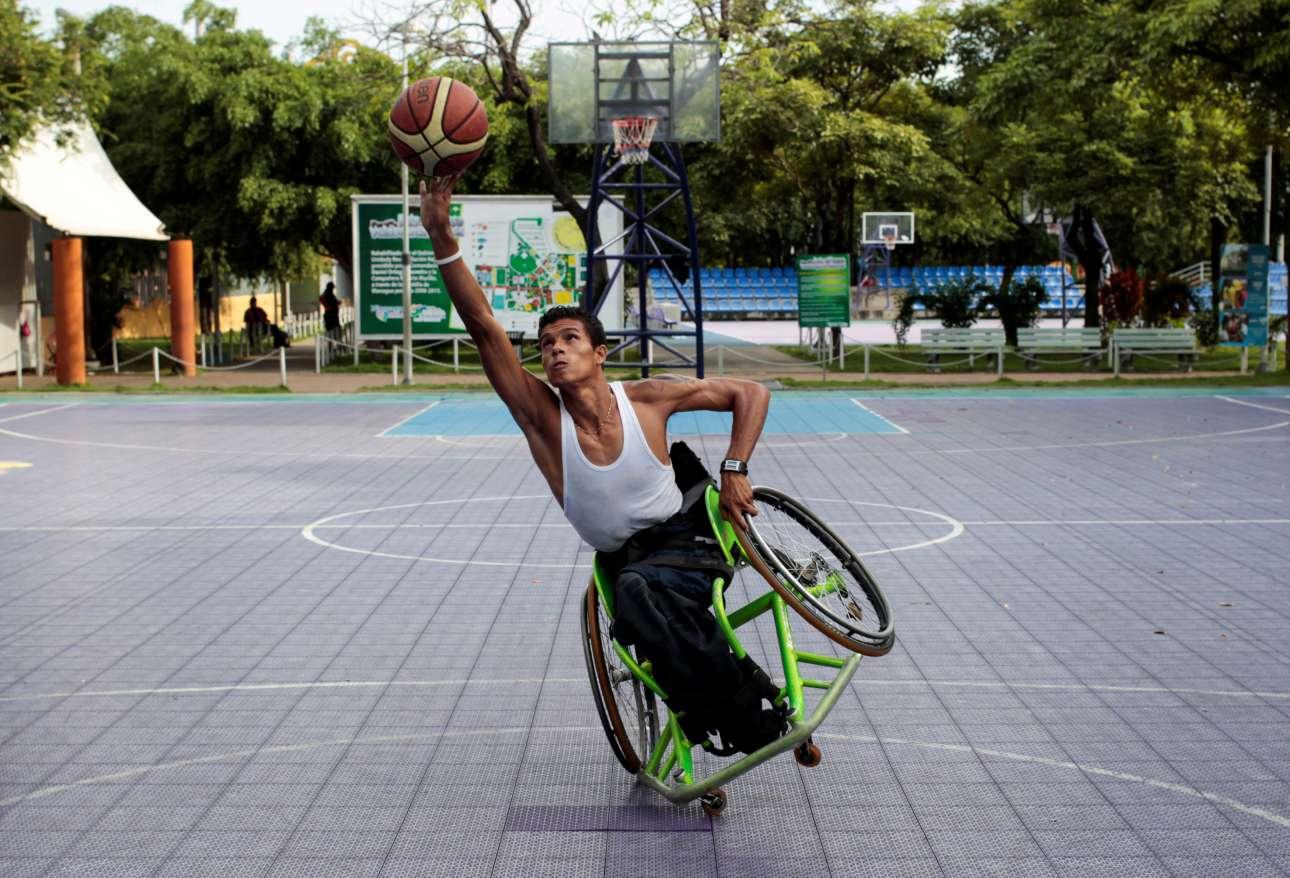 Πέμπτη, 21 Σεπτεμβρίου. Ενας αθλητής ομάδας μπάσκετ με αμαξίδιο κατά τη διάρκεια προπόνησης στην πρωτεύουσα της Νικαράγουα, Μανάγκουα