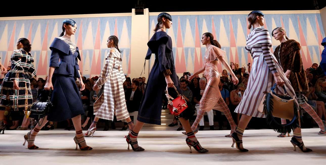 Tα μοντέλα του οίκου Fendi παρελαύνουν στο τέλος της εκδήλωσης με κομψά σύνολα που αναδεικνύουν τη γυναικεία σιλουέτα με κλασικό και διαχρονικό τρόπο
