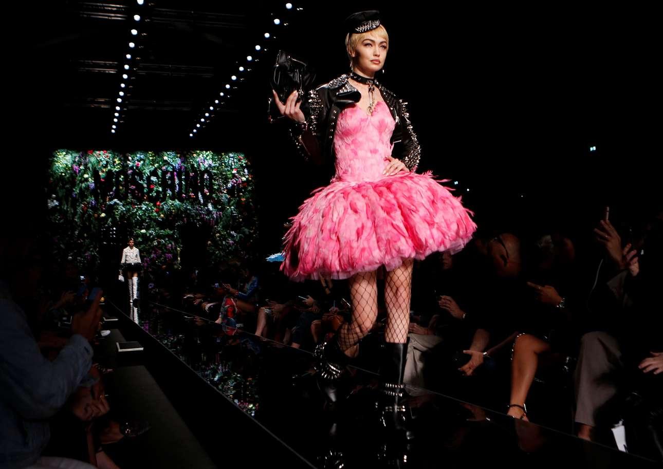 Το απόλυτο μοντέλο και fashion icon της δεκαετίας μας, η Τζίτζι Χάντιντ με μία δημιουργία που συνδυάζει ρομαντικά και ροκ στοιχεία από τη συλλογή Άνοιξη- Καλοκαίρι 2018 για τον οίκο Moschino