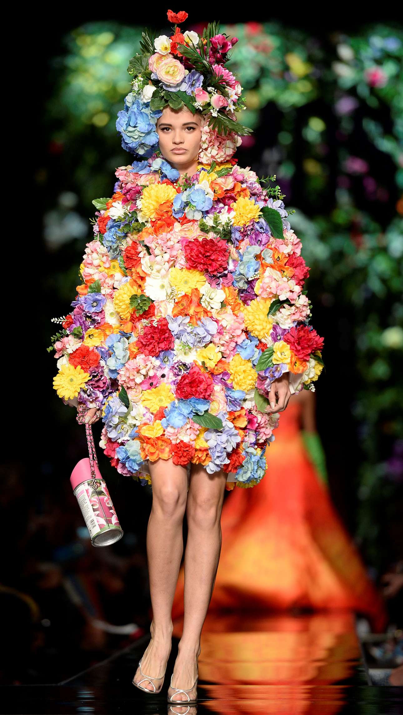 Αν είναι Άνοιξη, ντύσου μπουκέτο… Ο οίκος Moschino συγκέντρωσε τα βλέμματα των θαυμαστών της μόδας με αναπάντεχα σύνολα