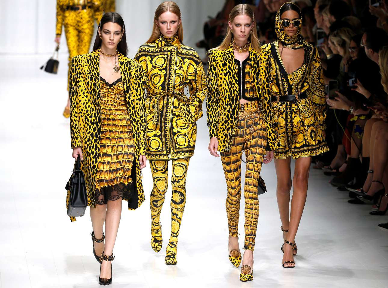 H συλλογή Versace έδωσε έμφαση στην κιτρινόμαυρη αντίθεση μέσα από τον συνδυασμό διαφορετικών μοτίβων και σχεδίων