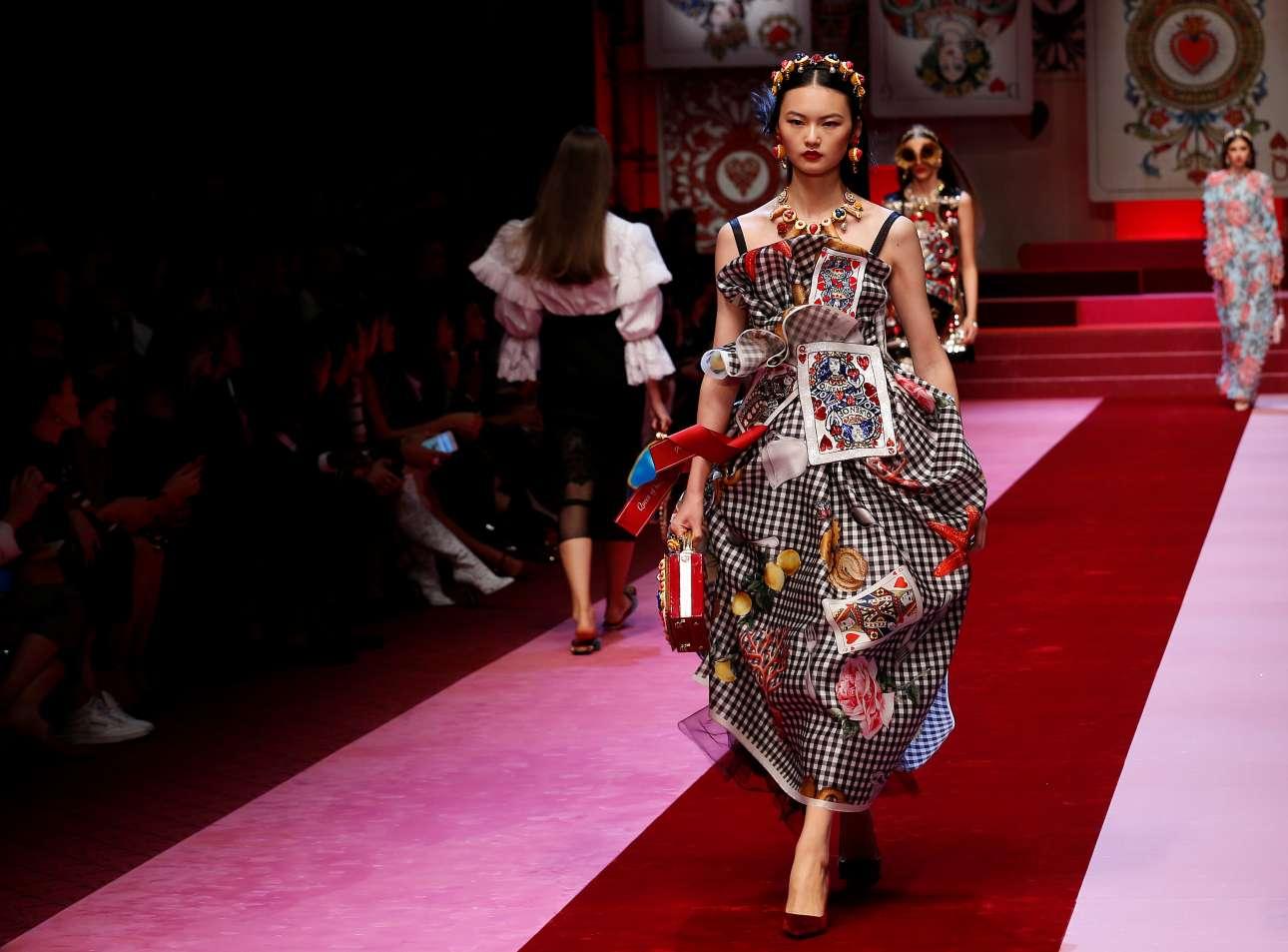 Η ντάμα, ο βαλές και ο ρήγας αποτέλεσαν ιδιαίτερη πηγή έμπνευσης για τον οίκο Dolce&Gabbana. Μία ολόκληρη συλλογή φιλοτεχνήθηκε με τα σχέδια των τραπουλόχαρτων πάνω σε σακάκια, φορέματα, φούστες με μία διάθεση βγαλμένη από φανταστικούς κόσμους παραμυθιών
