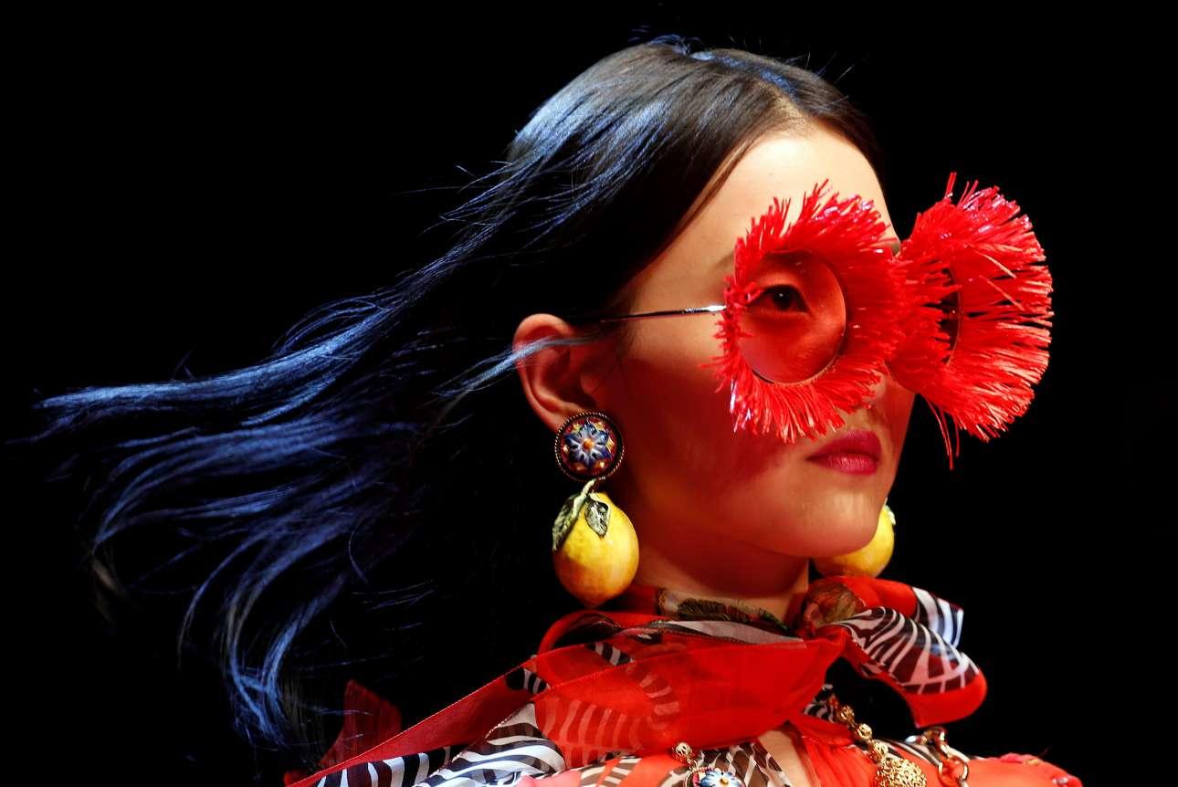 Η συλλογή του οίκου Dolce&Gabbana είχε έντονες φυσιολατρικές επιρροές όπως το επιτάσσει και η εποχή της Άνοιξης. Ιδιαίτερα ογκώδη γυαλιά και σκουλαρίκια με διακοσμητικό στοιχείο ένα μεγάλο καρπό λεμονιού κοσμούν τα αυτιά του μοντέλου. Σίγουρα, εμφάνιση που δεν περνάει απαρατήρητη
