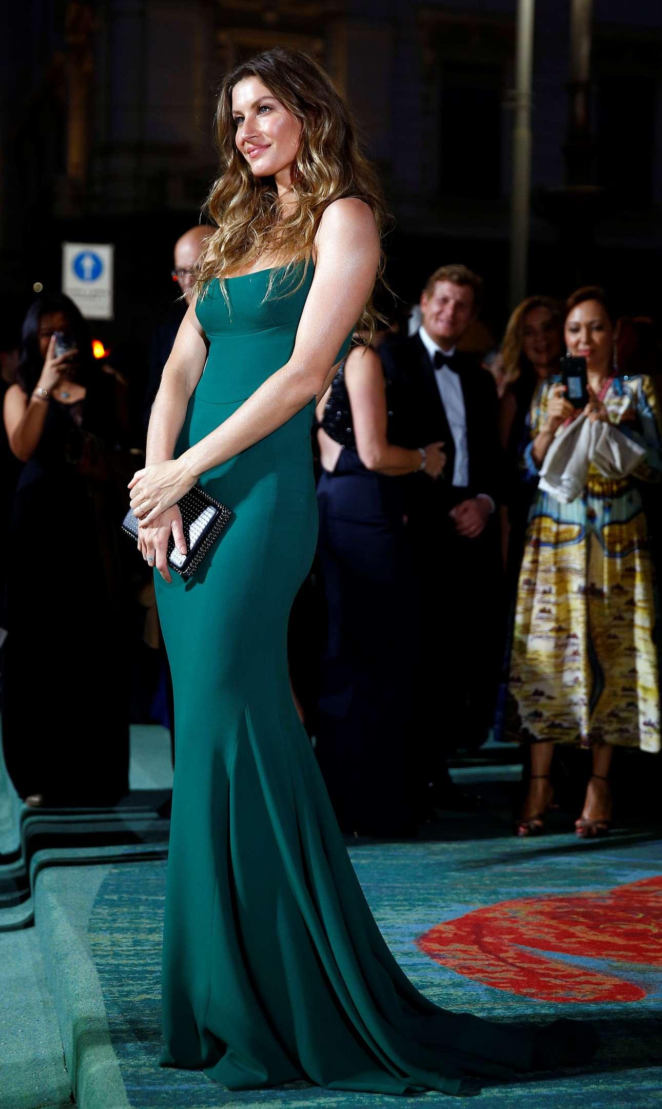 Η Ζιζέλ Μπούντχεν φοράει ένα εντυπωσιακό μακρύ φόρεμα της σχεδιάστριας Στέλλα Μακάρντεϊ. Παρευρέθηκε στην εκδήλωση ευαισθητοποίησης για οικολογικά θέματα στη βιομηχανία της μόδας