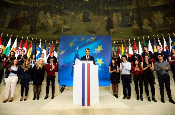 O Μακρόν ανάμεσα σε νεολαίους (REUTERS/Ludovic Marin/Pool)