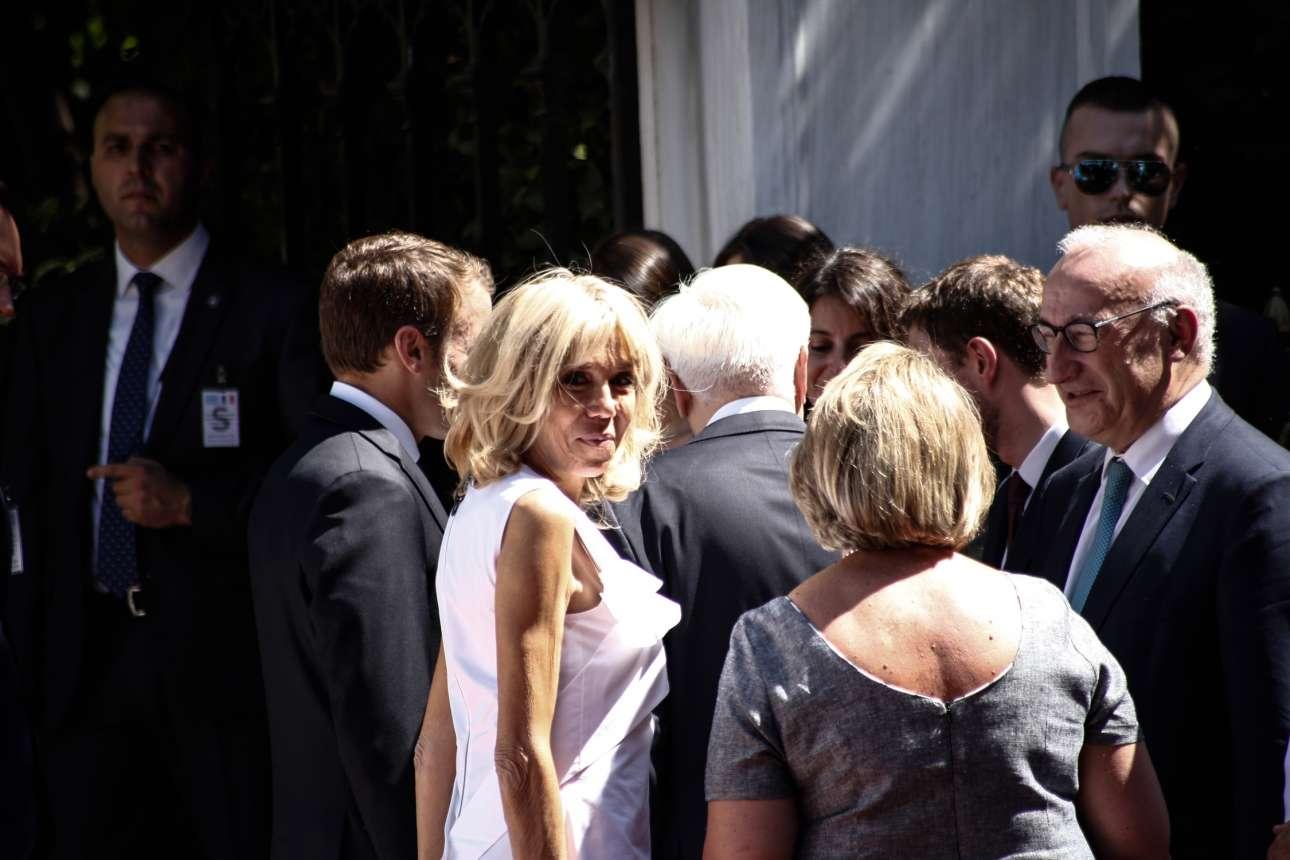 Τα κλεφτά βλέμματα της κυρίας Μακρόν στους φωτογράφους. Η πρώτη κυρία της Γαλλίας έδωσε ξεχωριστό τόνο στην επίσκεψη του Εμανουέλ Μακρόν στην Ελλάδα
