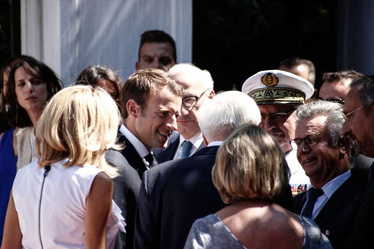 Ο Προκόπης Παυλόπουλος συστήνει στο ζεύγος Μακρόν το προσωπικό της Προεδρίας της Δημοκρατίας