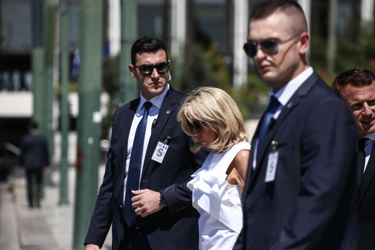 Μετά την κατάθεση στεφάνου στον Αγνωστο Στρατιώτη η Μπριζίτ Μακρόν επιβιβάζεται στο αυτοκίνητο υπό το βλέμμα των ανδρών της ασφάλεια του γάλλου προέδρου