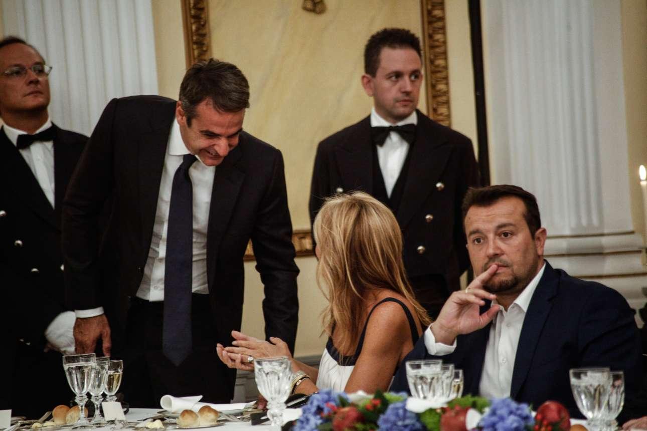 Ο Κυριάκος Μητσοτάκης με τη Μαρέβα. Ο Νίκος Παππάς διατηρεί την ψυχραιμία του