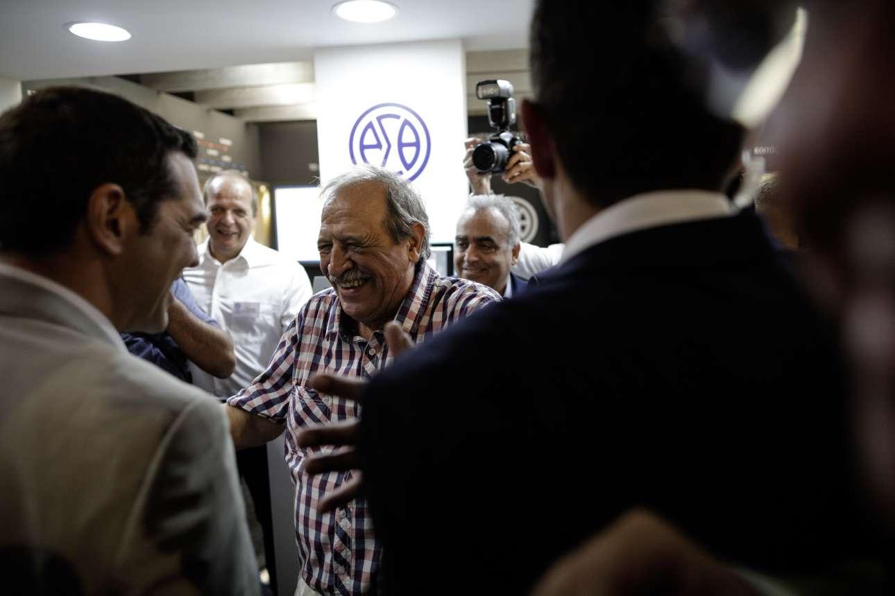 Εδώ δείχνει ότι τιμά τους μπαμπάδες των φίλων του (όπως τον πρόεδρο του ΟΑΣΘ, Στέλιο Παππά, πατέρα του Νίκου Παππά)