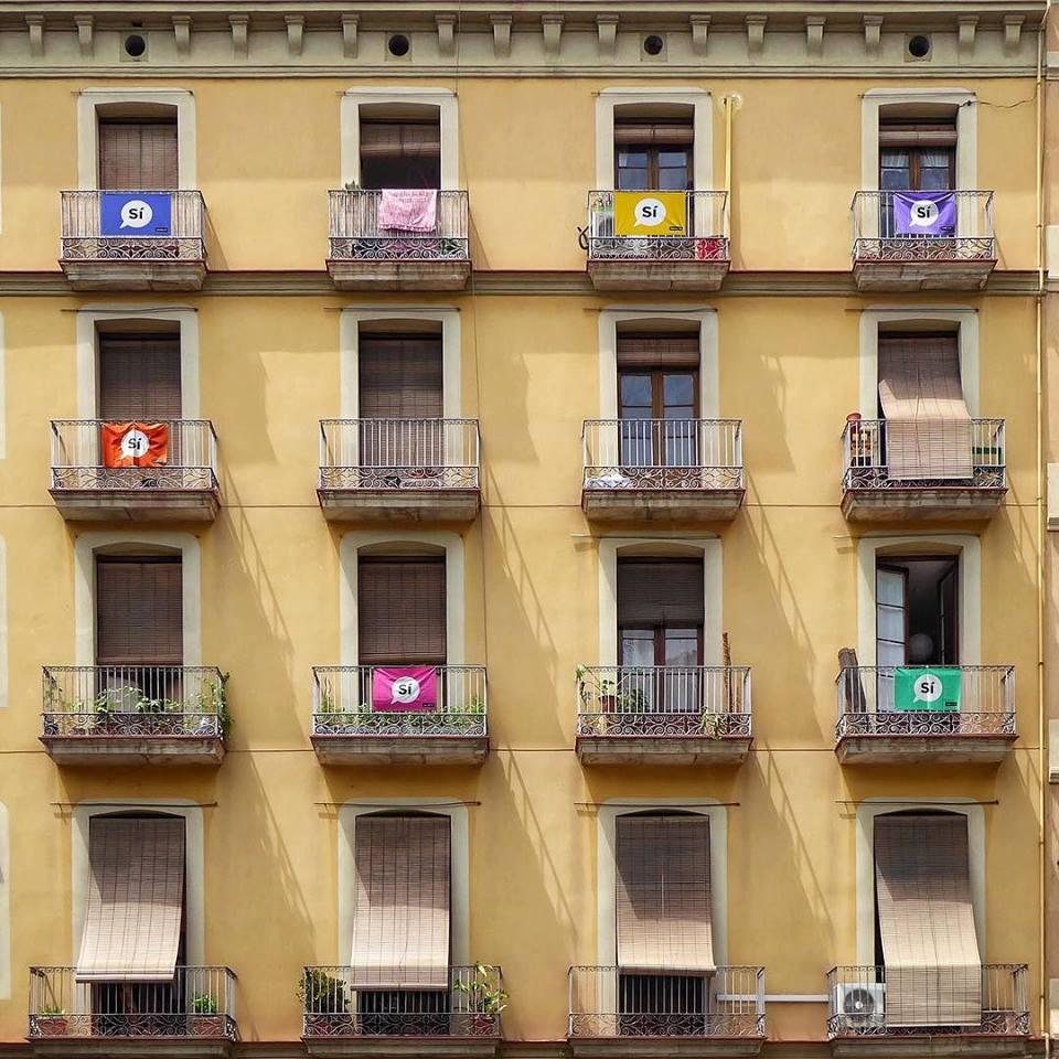 Σημαίες που υποστηρίζουν τη θετική ψήφο στο δημοψήφισμα για την ανεξαρτησία της Καταλονίας, διακοσμούν τα μπαλκόνια της πολυκατοικίας στην γειτονιά Sant Antoni
