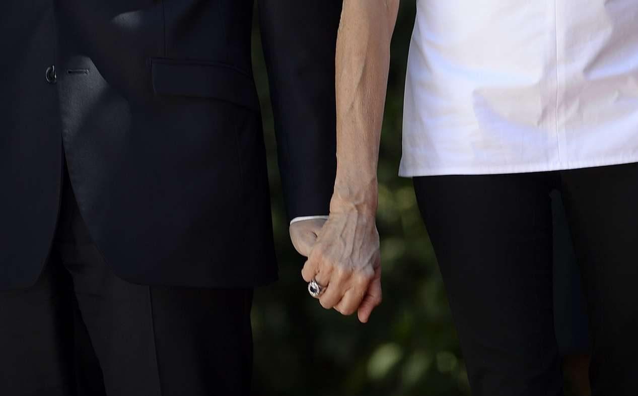 Ο πρόεδρος της Γαλλίας κρατούσε συχνά το χέρι της συζύγου του κατά την άφιξή τους στο Προεδρικό
