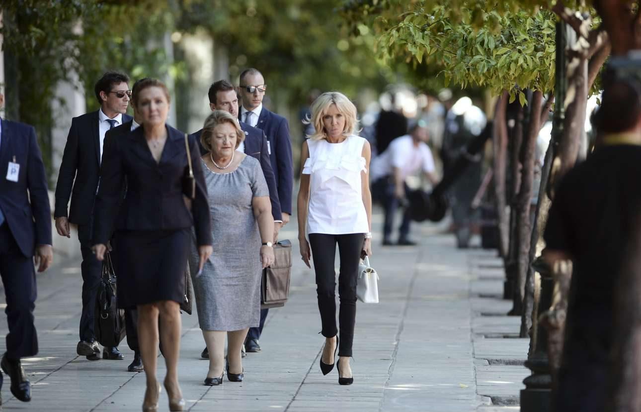 Η Μπριζίτ Μακρόν κατεβαίνει την Ηρώδου του Αττικού συνοδευόμενη από τη σύζυγο του Προκόπη Παυλόπουλου, Βλασία