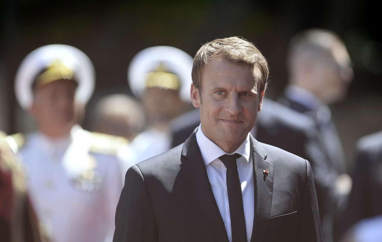 Στο Προεδρικό Μέγαρο υποδέχτηκαν τον γάλλο πρόεδρο, εκ μέρους της κυβέρνησης, οι υπουργοί Γιώργος Κατρούγκαλος, Στέργιος Πιτσιόρλας, Ευκλείδης Τσακαλώτος και Δημήτρης Παπαδημητρίου