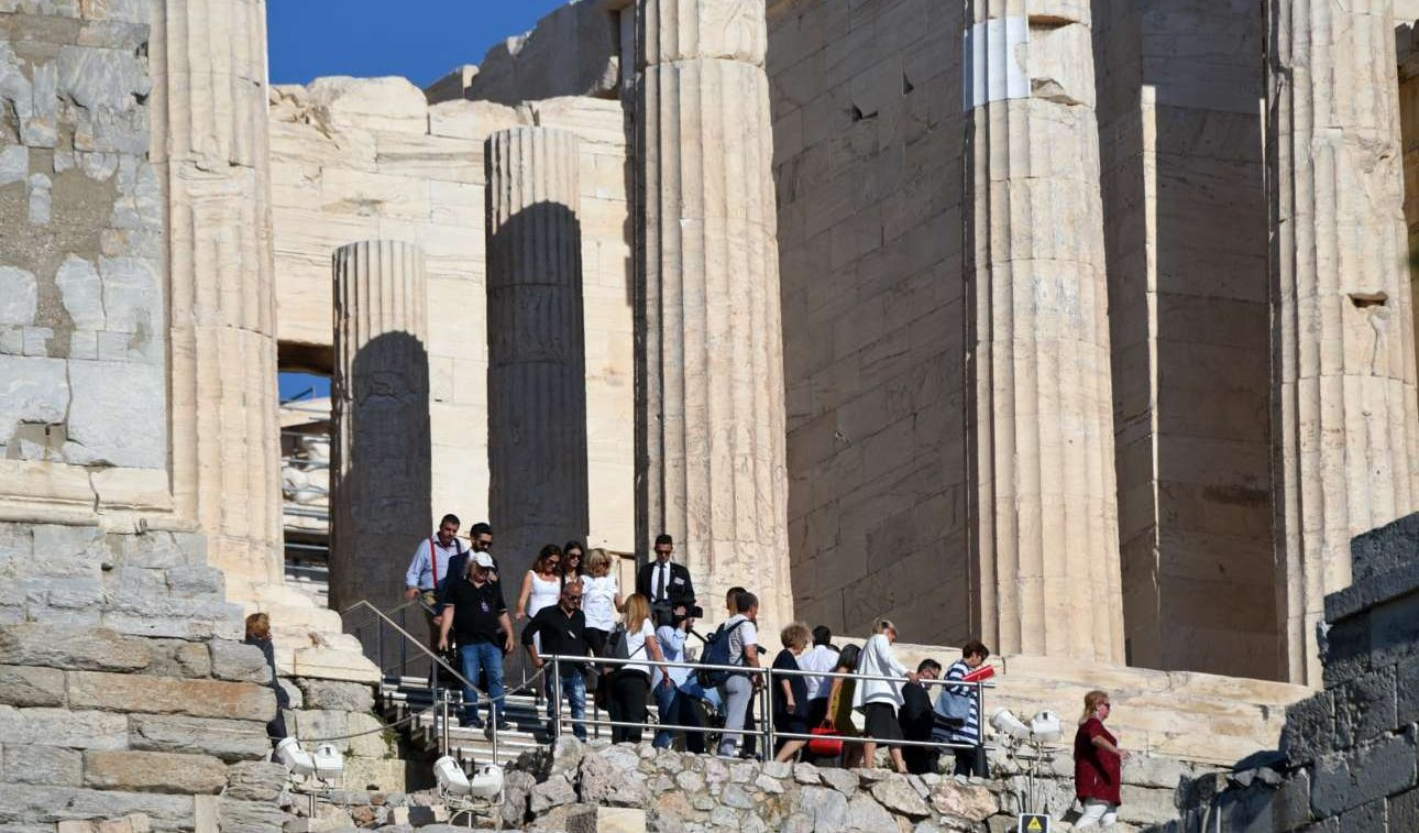 Οι φιγούρες της Μπέτυς Μπαζιάνα και της Μπριζίτ Μακρόν -με λευκά- διακρίνονται στον Ιερό Βράχο της Ακρόπολης