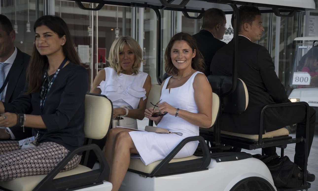 Οι δύο κυρίες στο club car. Οταν πλησίασαν οι κάμερες, η Μπριζίτ ήταν λαλίσταση. Σε αντίθεση με την σύντροφο του Αλέξη Τσίπρα που ψέλλισε δυο-τρεις λέξεις