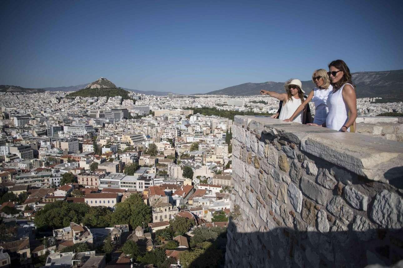 Ατενίζουν την Αθήνα από ψηλά. Στο βάθος ο Λυκαβηττός