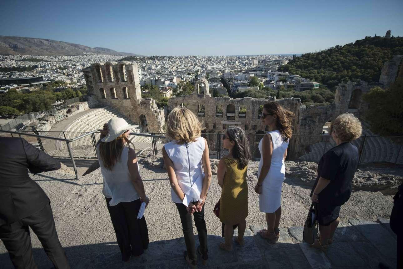 Οι δύο κυρίες απολαμβάνουν τη θέα προς το Ηρώδειο