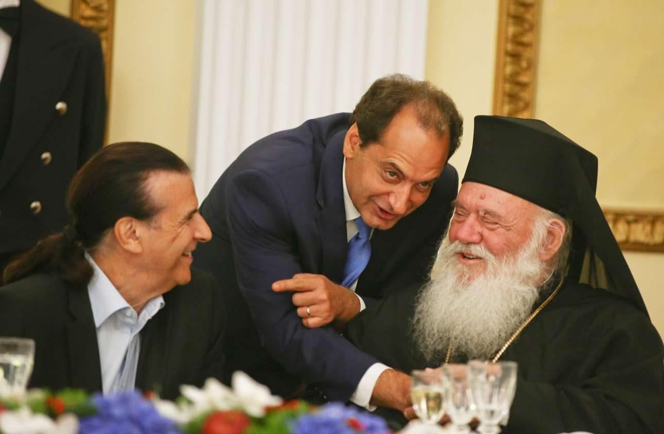 Μια εύθυμη παρέα: Ο αντιπρόεδρος της Βουλής Τάσος Κουράκης, ο υπουργός Υποδομών Χρήστος Σπίρτζης και ο Αρχιεπίσκοπος Ιερώνυμος