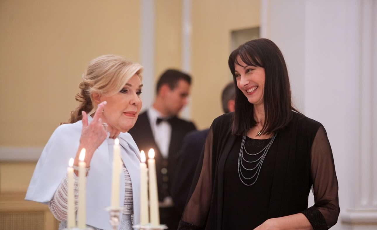 Η Μαριάννα Βαρδινογιάννη κάτι λέει στην υπουργό Τουρισμού Ελενα Κουντουρά και την κάνει να μας χαρίζει ένα ενδιαφέρον χαμόγελο