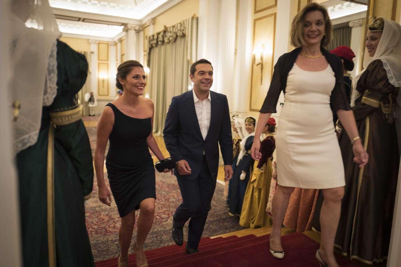 H άφιξη του πρωθυπουργικού ζεύγους στο επίσημο δείπνο προς τιμήν του Μακρόν στο Προεδρικό Μέγαρο