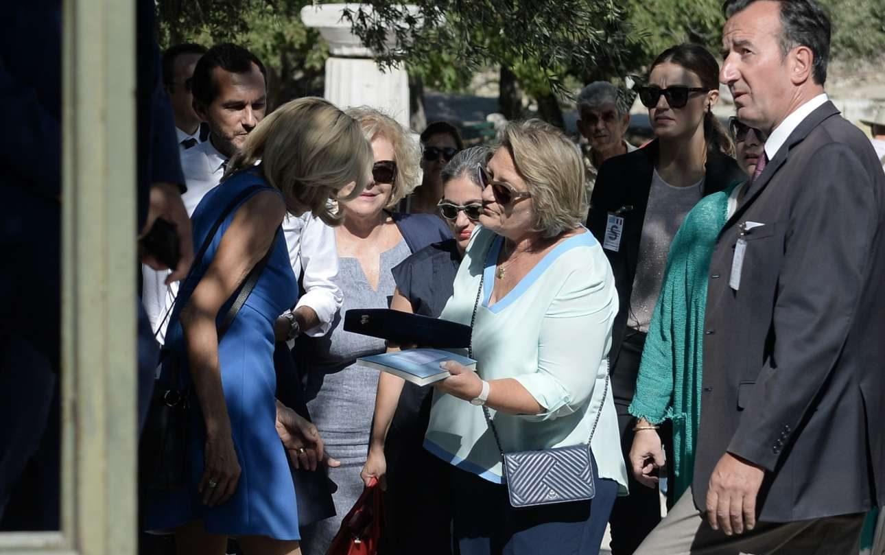 Η Βλασία Παυλοπούλου, σύζυγος του Προέδρου της Δημοκρατίας, δωρίζει στην Πρώτη Κυρία της Γαλλίας αναμνηστικά της επίσκεψής της στην Αρχαία Αγορά