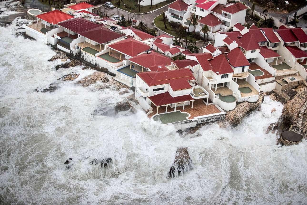 Εντυπωσιακή λήψη από ψηλά, υπό άλλες συνθήκες θα ήταν... ζηλευτή όμως τα μανιασμένα κύματα από τη σφοδρότητα της Ιρμας ετοιμάζονται να καταπιούν μια γειτονιά στην ολλανδική πλευρά του Αγιου Μαρτίνου
