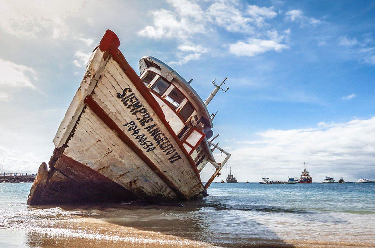 Τρίτη θέση και Πρώτη Θέση στην κατηγορία «Ανθρωπος στο Αρχιπέλαγος». Ενα εγκαταλειμμένο πλοίο στις ακτές του νησιού Σαν Κριστομπάλ. Ο φωτογράφος ήθελε να αιχμαλωτίσει την επίδραση που είχε το πέρασμα του χρόνου πάνω στην ομορφιά του σκάφους