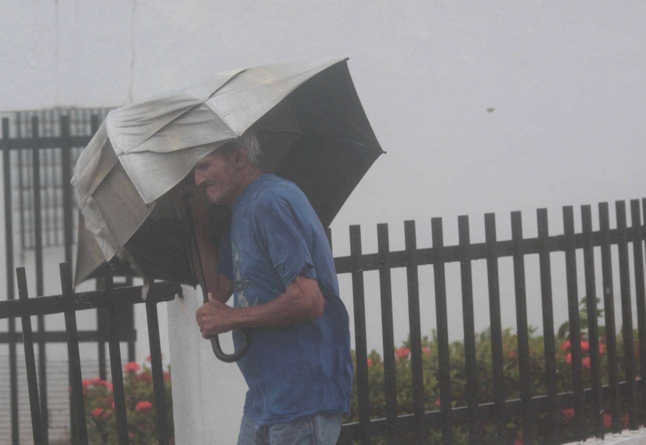 Τι να σου κάνει η ομπρέλα, όσο ενισχυμένη κι αν είναι... Κάτοικος του Πουέρτο Ρίκο στη θύελλα