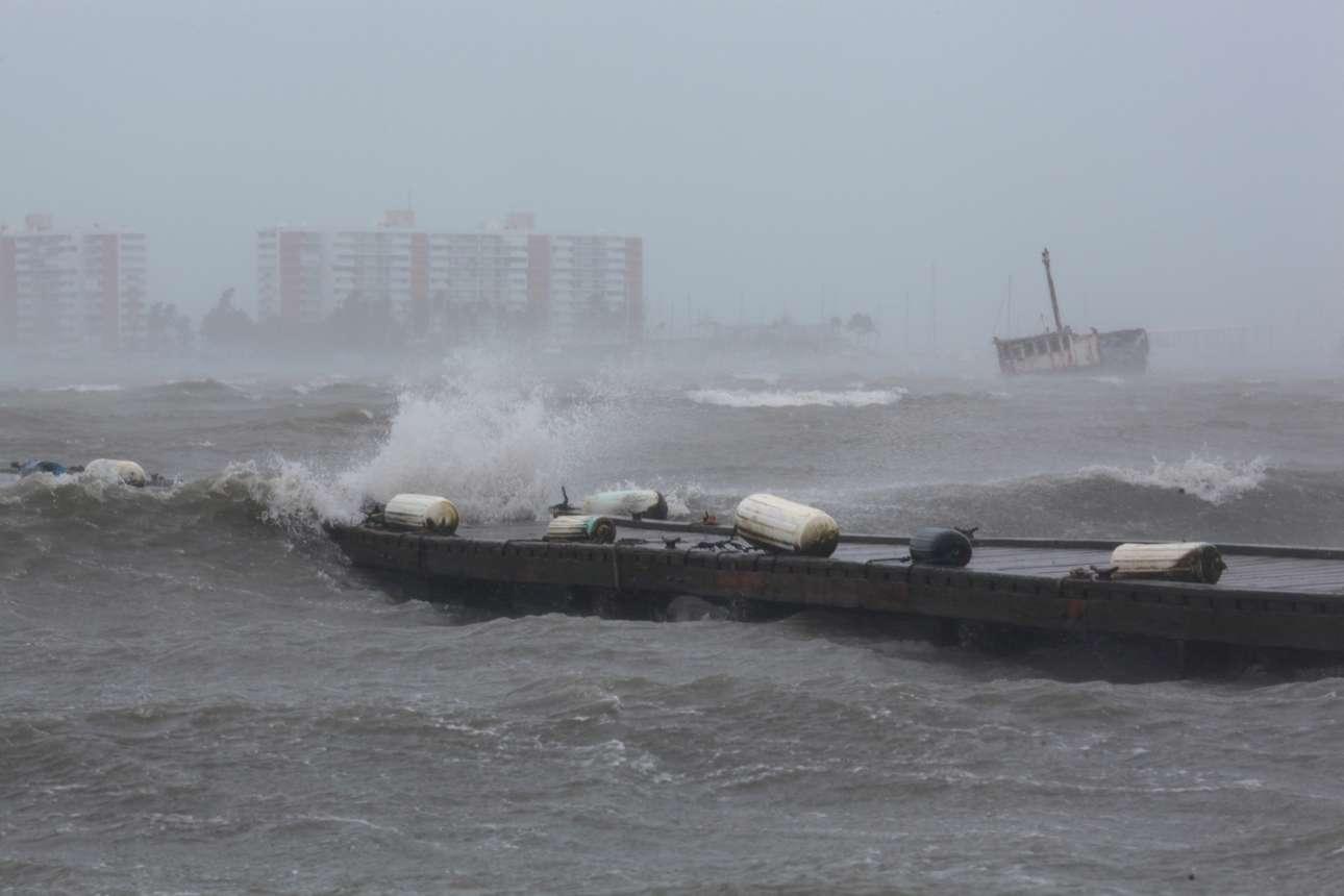 Σαν... θαλασσογραφία. «Θα μας πάρει μακριά...» λέει το ομώνυμο τραγούδι, αλλά στο λιμάνι του Πουέρτο Ρίκο αυτή ήταν η σκληρή πραγματικότητα