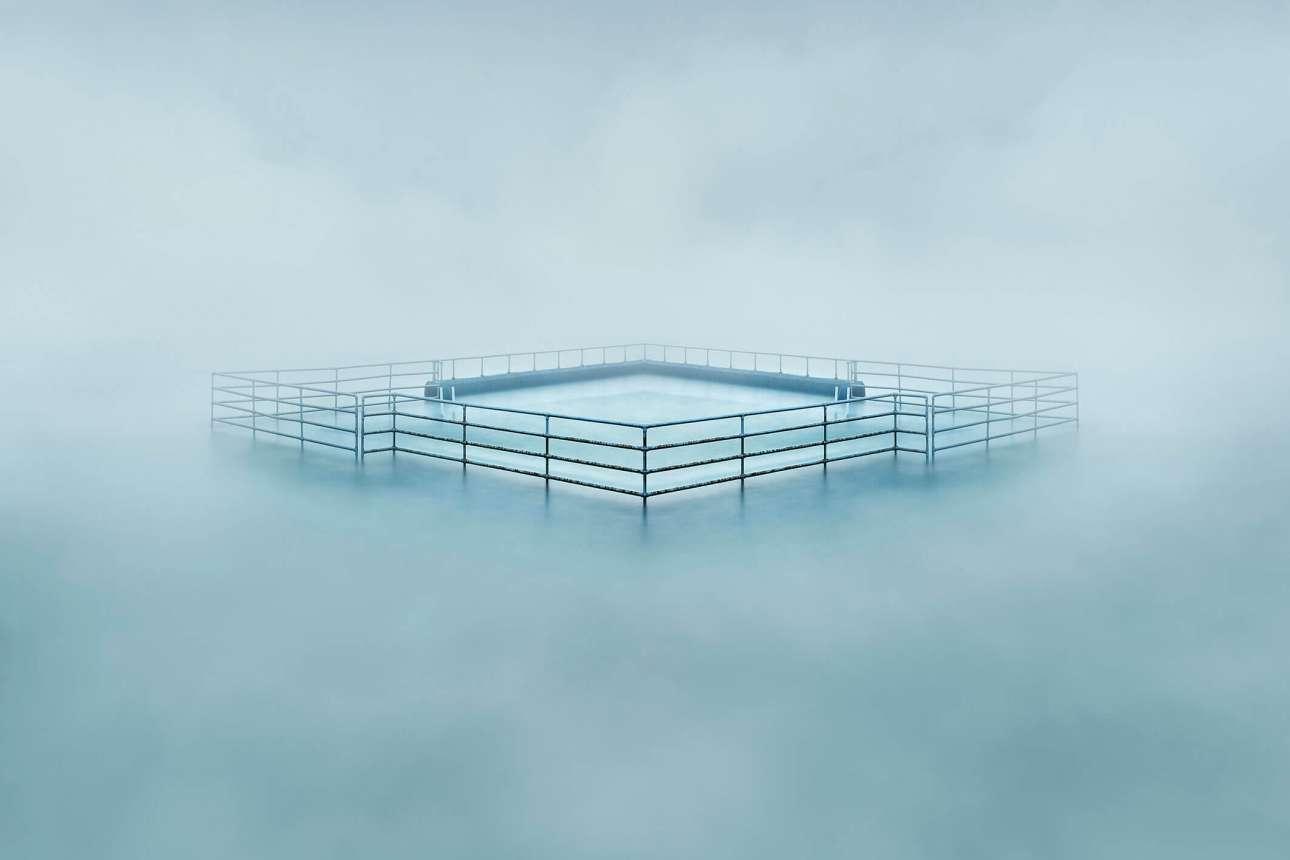 Επαινος, κατηγορία «Θέα από την ακτή». Μία ακτή βυθισμένη στην ομίχλη, στη μέση του πουθενά...